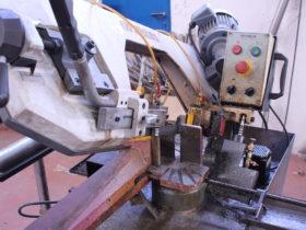 Con nuestra sierra de cinta realizamos cortes a tubos y piezas macizas que posteriormente tornearemos.